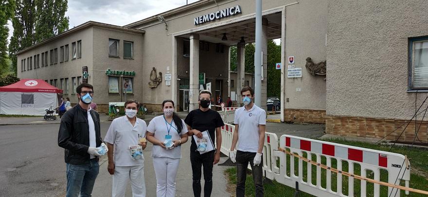 odovzdanie ochranných pomôcok zdravotníkom spoločnosťou CeMS pred Bojnickou nemocnicou
