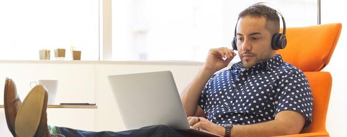 účastník online školenia sediací v kresle s notebookom